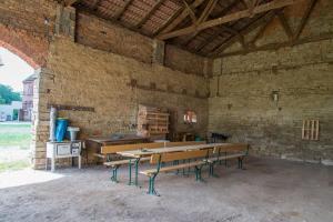Sitzgelegenheiten und Grillplatz (Stand 07/2016)