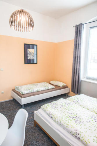 Dreibettzimmer (EG) mit TV und Schreibtisch