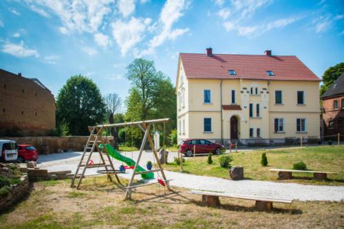 Blick von der Grillscheune zum Spielplatz und zum Haupthaus (Stand 07/2018)